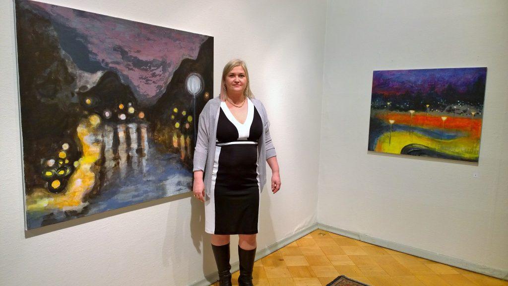 Taiteilija Krista Kortelainen näyttelynsä avajaisissa Taidesalongissa Helsingissä 2016